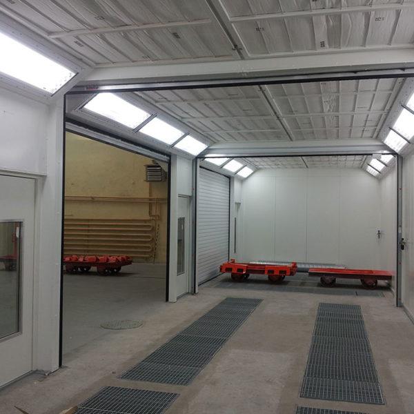 Profesjonalne pomieszczenie malarskie wyposażone w nowoczesne kabiny malarsko-grzewcze