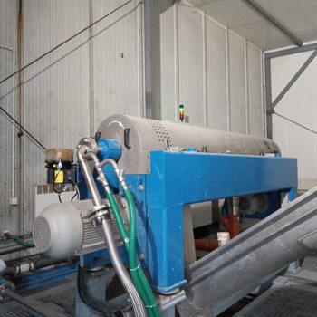 Spomasz zaprojektował i wykonał kompletną stacje mechanicznego odwadniania przemysłowych osadów ściekowych.